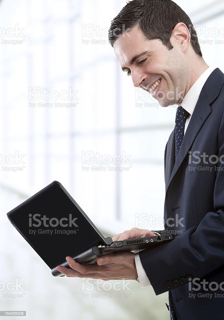 Homme d'affaires avec ordinateur portable dans le bureau photo libre de droits