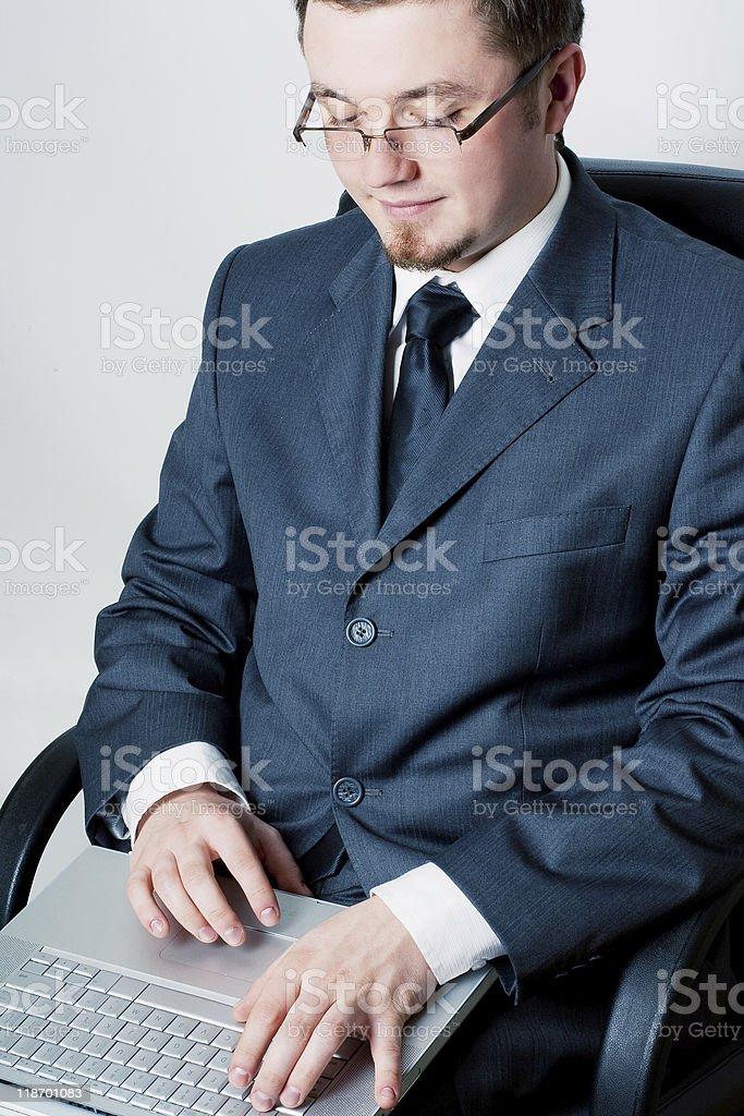Un hombre de negocios con ordenador portátil foto de stock libre de derechos