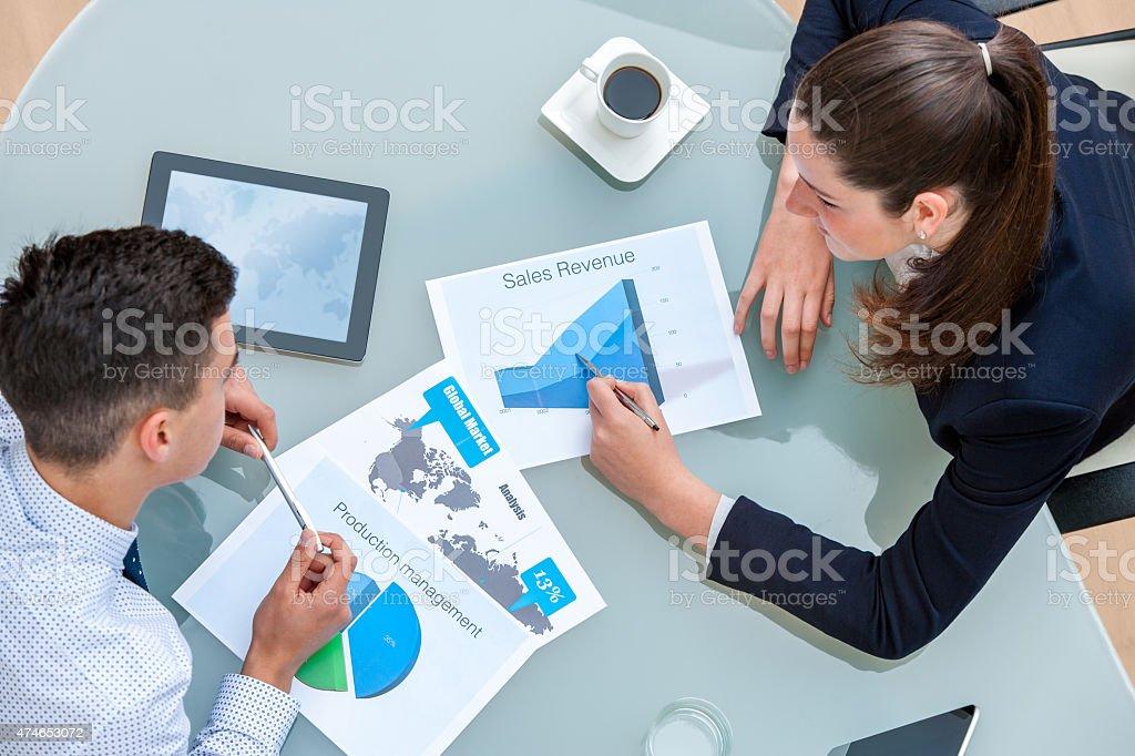 Partenaires d'affaires discute travailler ensemble. photo libre de droits