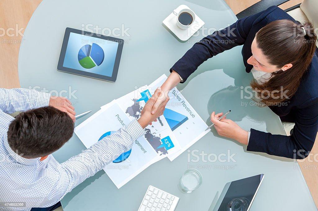 Partenaires d'affaires se serrant la main sur l'affaire photo libre de droits