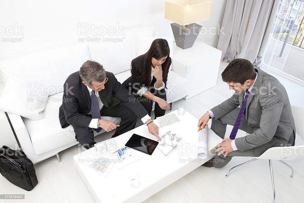 Gens d'affaires à la réunion financière. photo libre de droits
