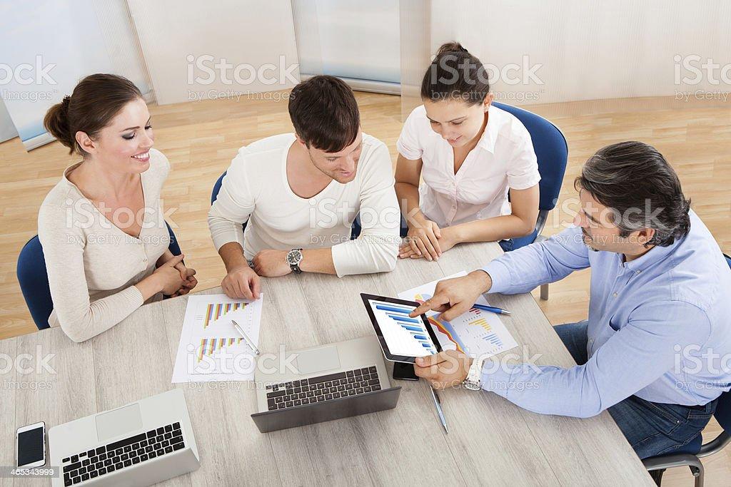 Equipo de negocios en reunión de oficina - foto de stock