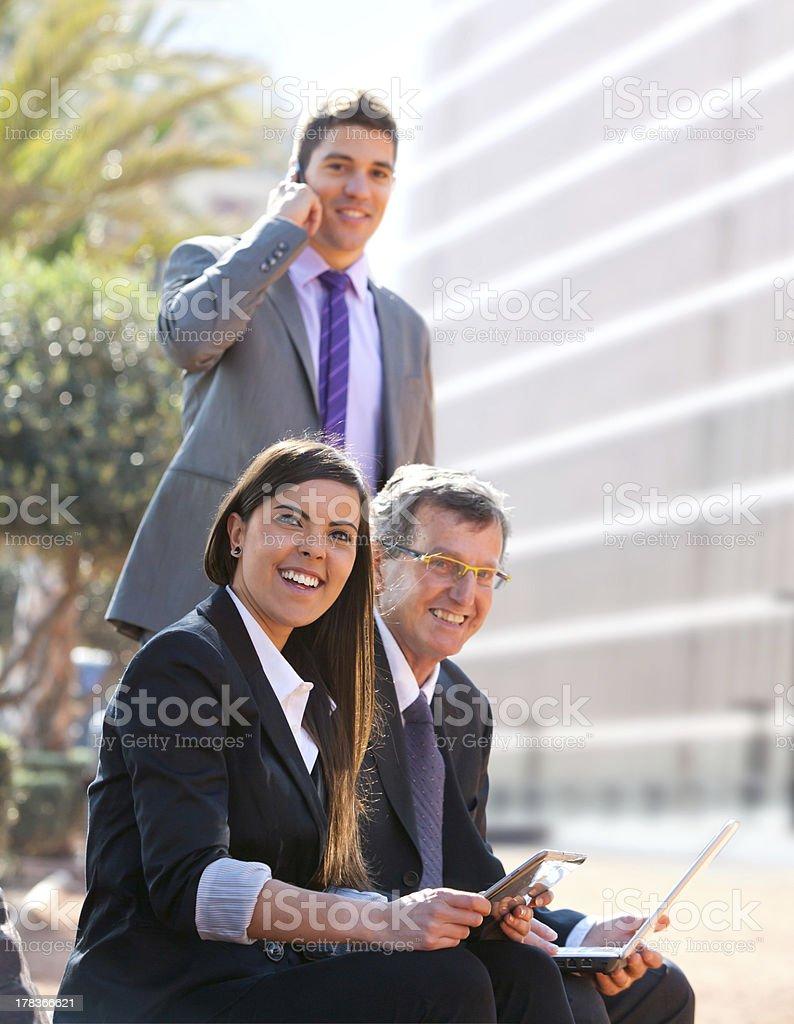 Équipe d'affaires travaillant à l'extérieur. photo libre de droits
