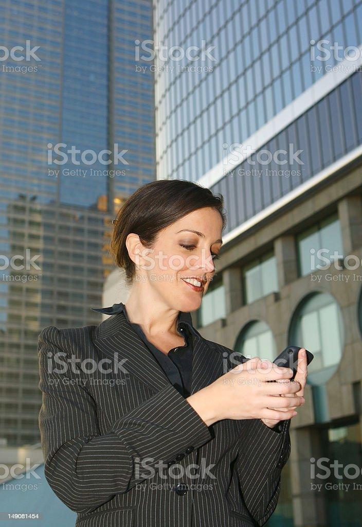 Mujer de negocios hablando por su celular foto de stock libre de derechos