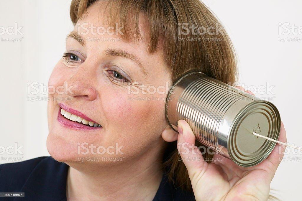 Femme d'affaires de parler avec de l'étain peuvent photo libre de droits