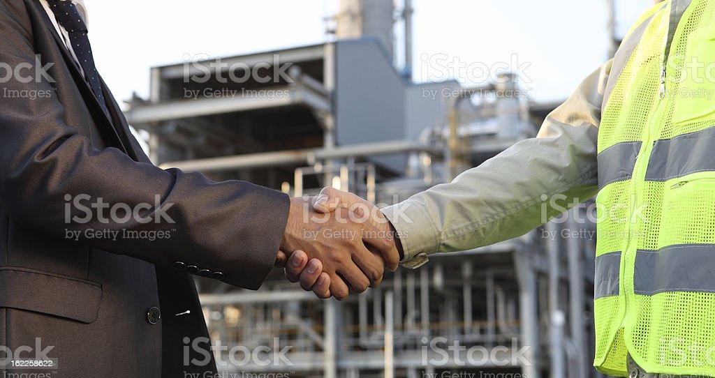 Geschäftsmann und Ingenieur in Öl Raffinerie Lizenzfreies stock-foto