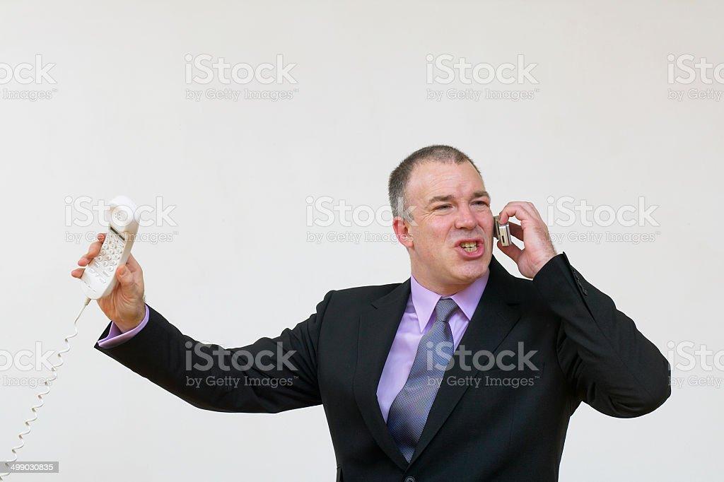 Homme d'affaires ayant une conversation animée sur le téléphone photo libre de droits