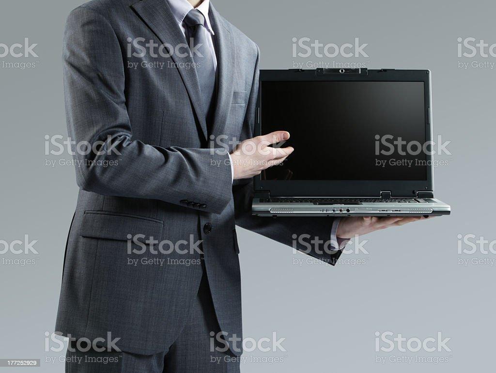 Homme d'affaires en tenant son ordinateur portable photo libre de droits