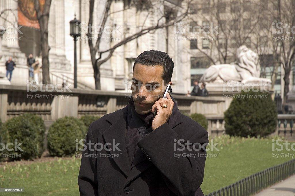 Uomo d'affari su telefono cellulare foto stock royalty-free