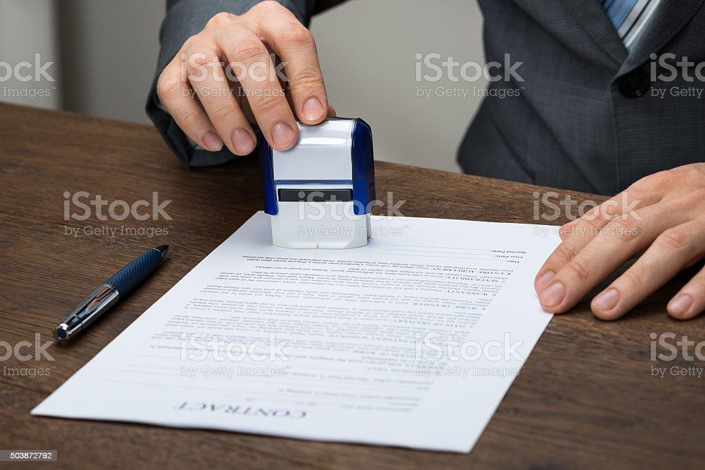 Empresario estampado documento - foto de stock