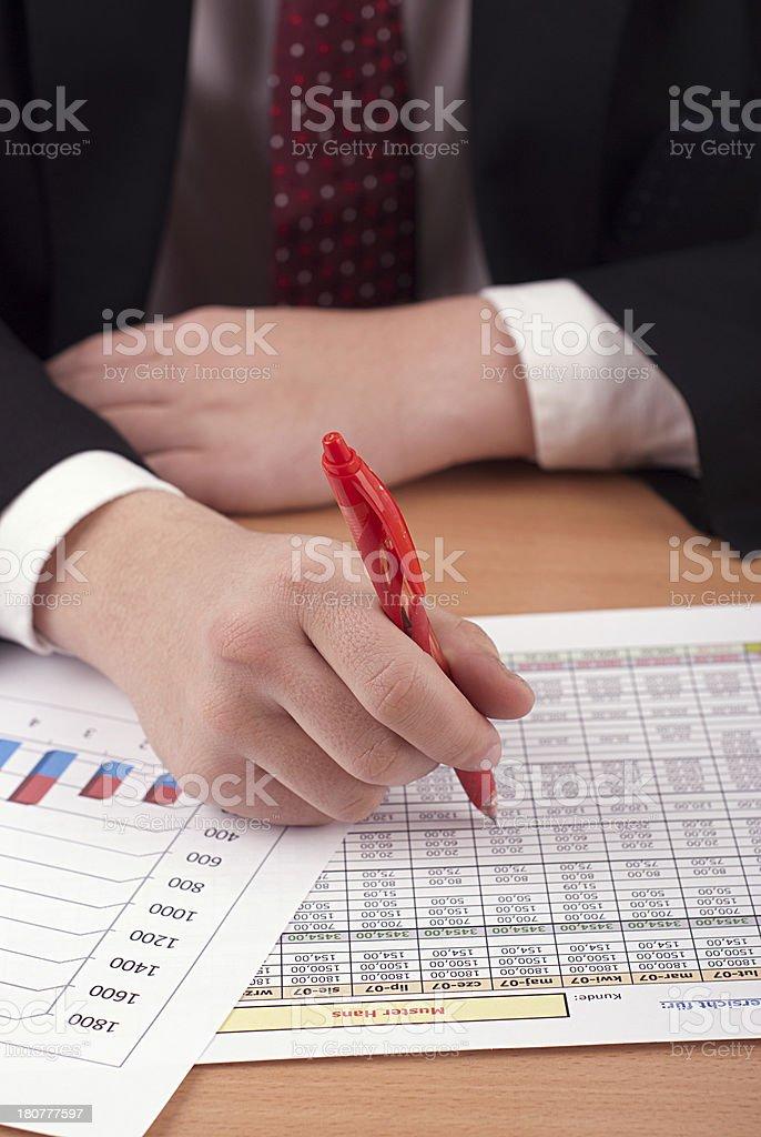 Hombre de negocios con los documentos financieros foto de stock libre de derechos