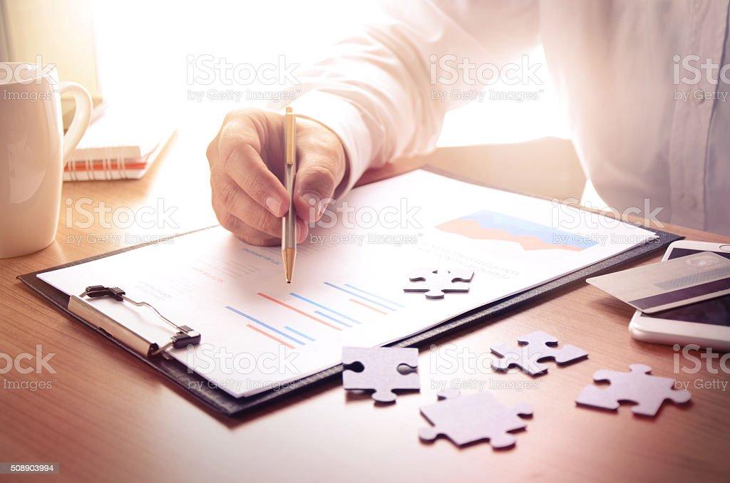Hombre de negocios trabajar con financiera informe foto de stock libre de derechos