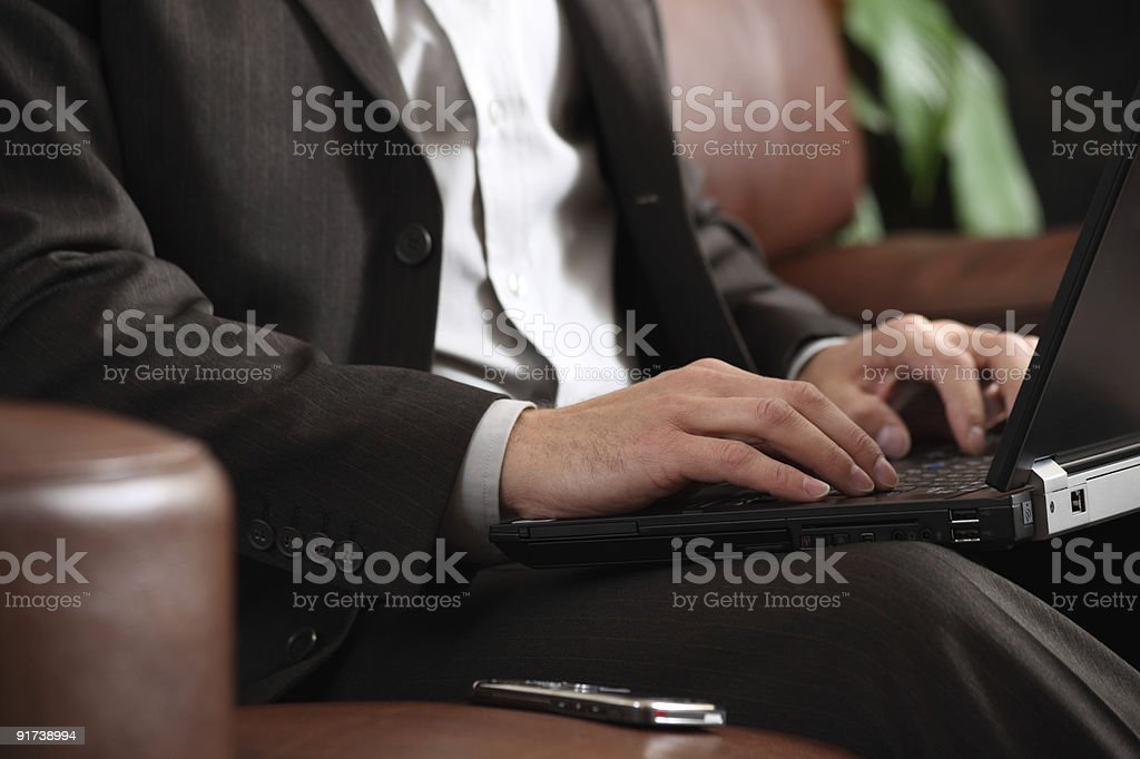 Бизнесмен работает на ноутбуке Стоковые фото Стоковая фотография