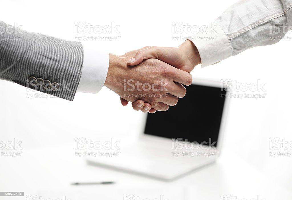 shakinghand hommes d'affaires dans le bureau photo libre de droits