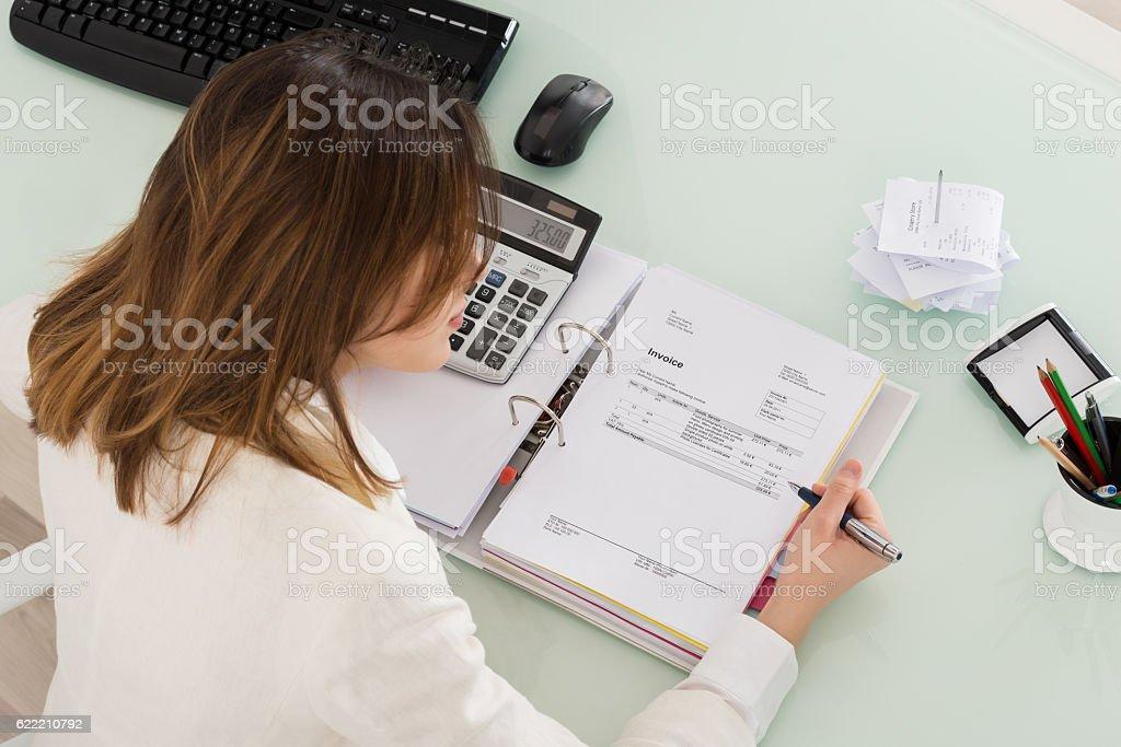 Empresaria cálculo de la factura - foto de stock