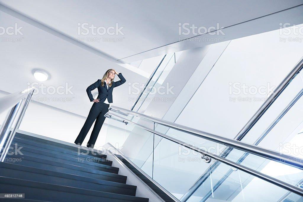 Geschäftsfrau nachschlagen zum nächsten Treppe – Foto