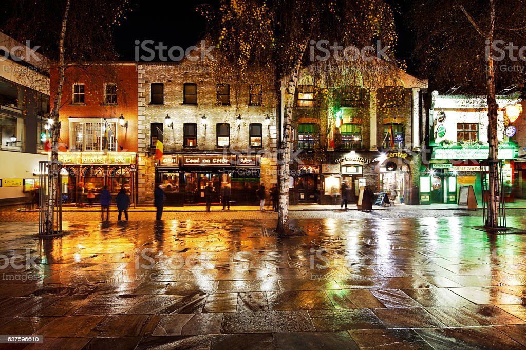 Busy nightlife of the Temple Bar area of Dublin, Ireland stock photo