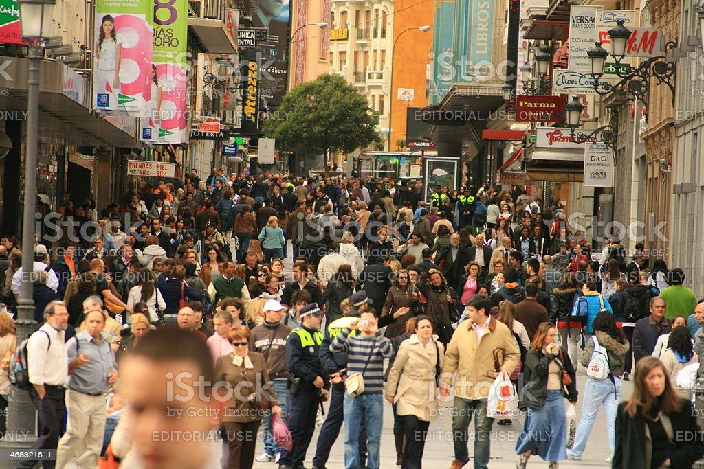 Concurrida calle comercial en Madrid - foto de stock