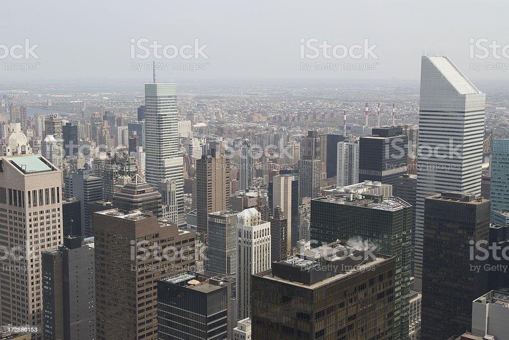 largo de los edificios de la ciudad de nueva york foto de stock libre de derechos