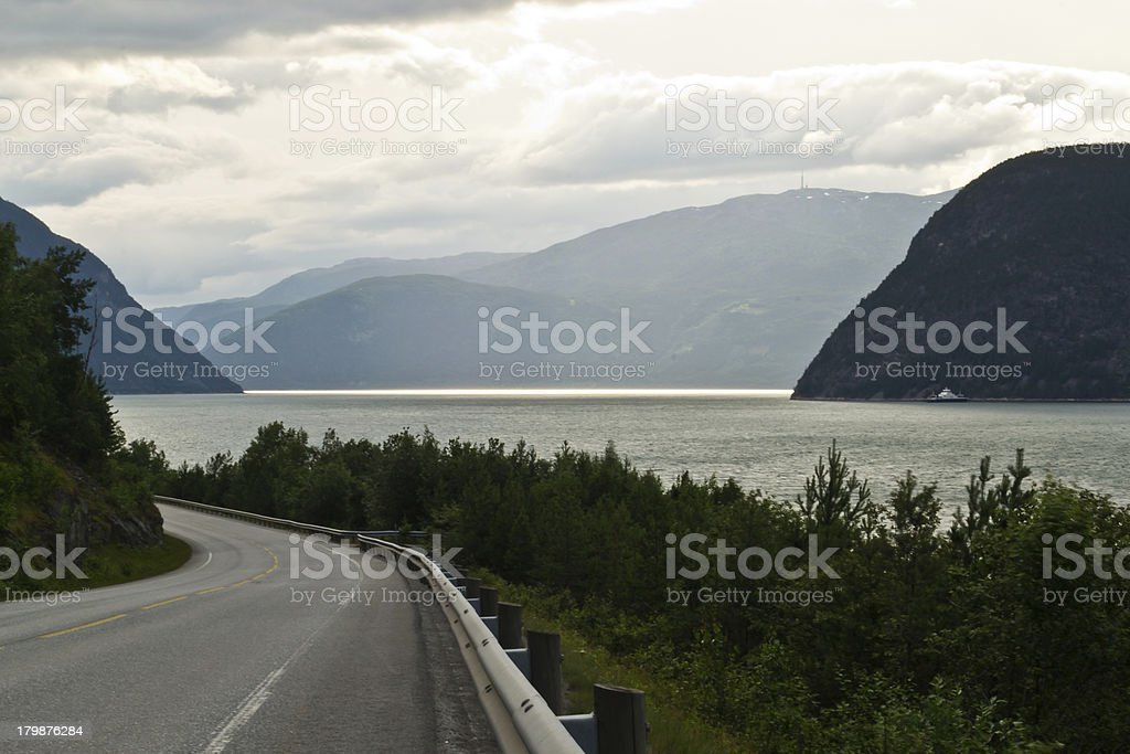 Por carreteras noruegas stock photo