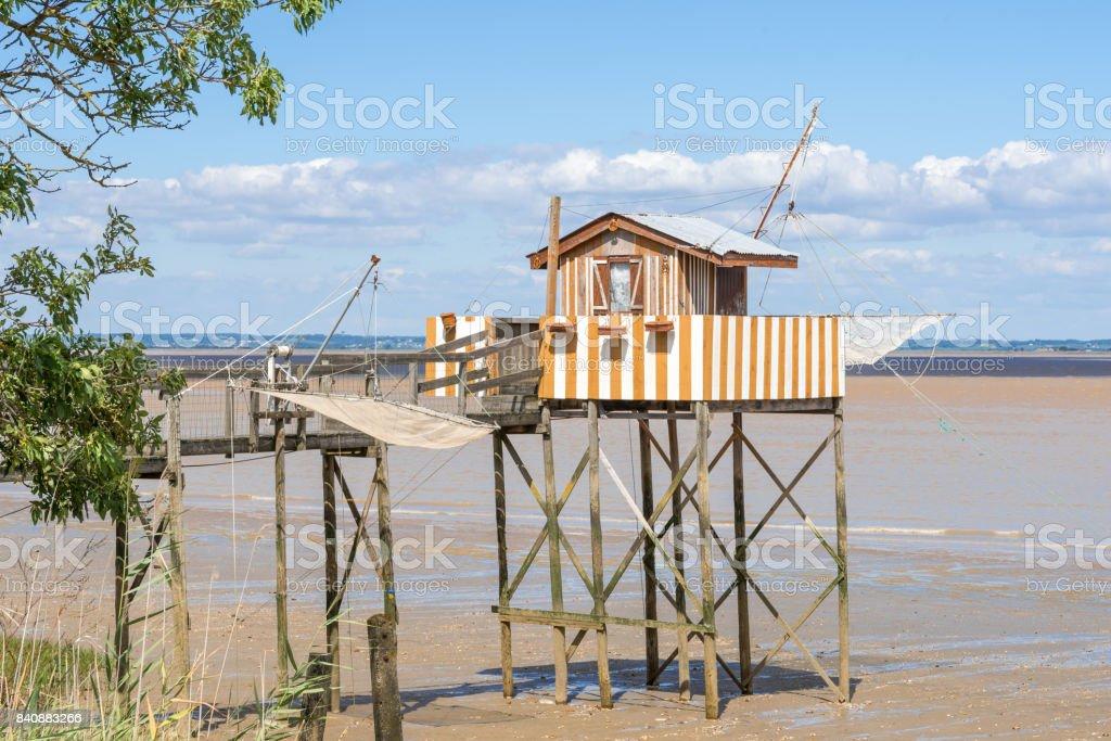 Cabane de pêcheur sur pilotis (ou 'carrelet') entre Bordeaux et Arcachon stock photo