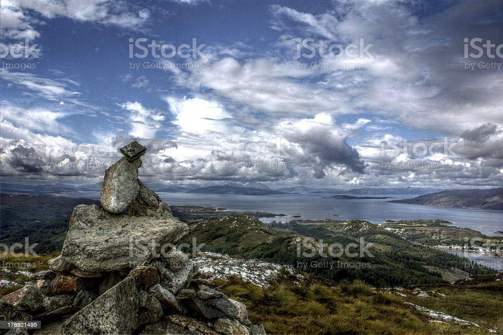 Anta/grupo de pedras numa colina na Escócia foto de stock royalty-free