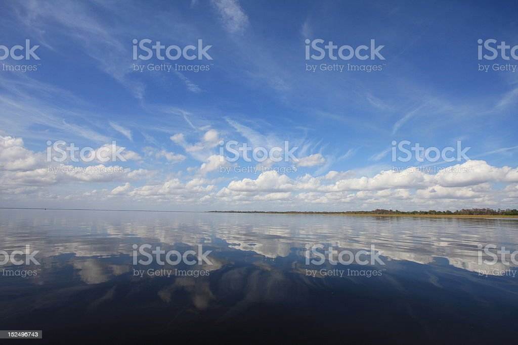 Calme et Cumulus nuages sur le lac Istapoka photo libre de droits