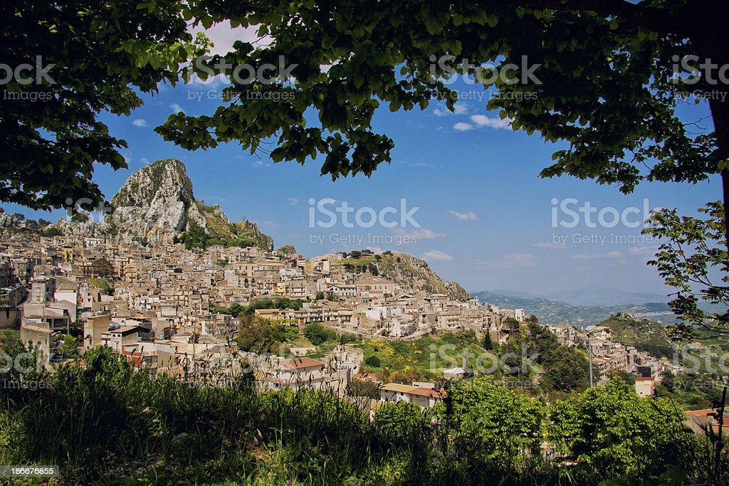 Caltabellota przez Dąb-drzewo zbiór zdjęć royalty-free
