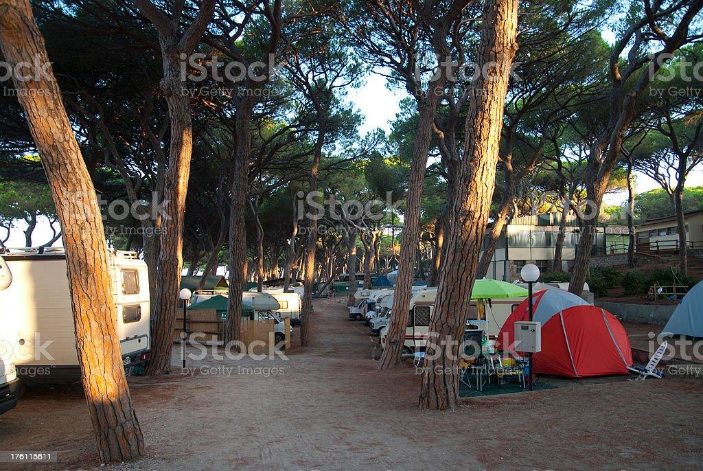 camping - Campingplatz mit Wohnwagen und Zelten stock photo
