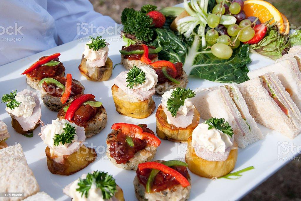 Canapés y frutas frescas foto de stock libre de derechos