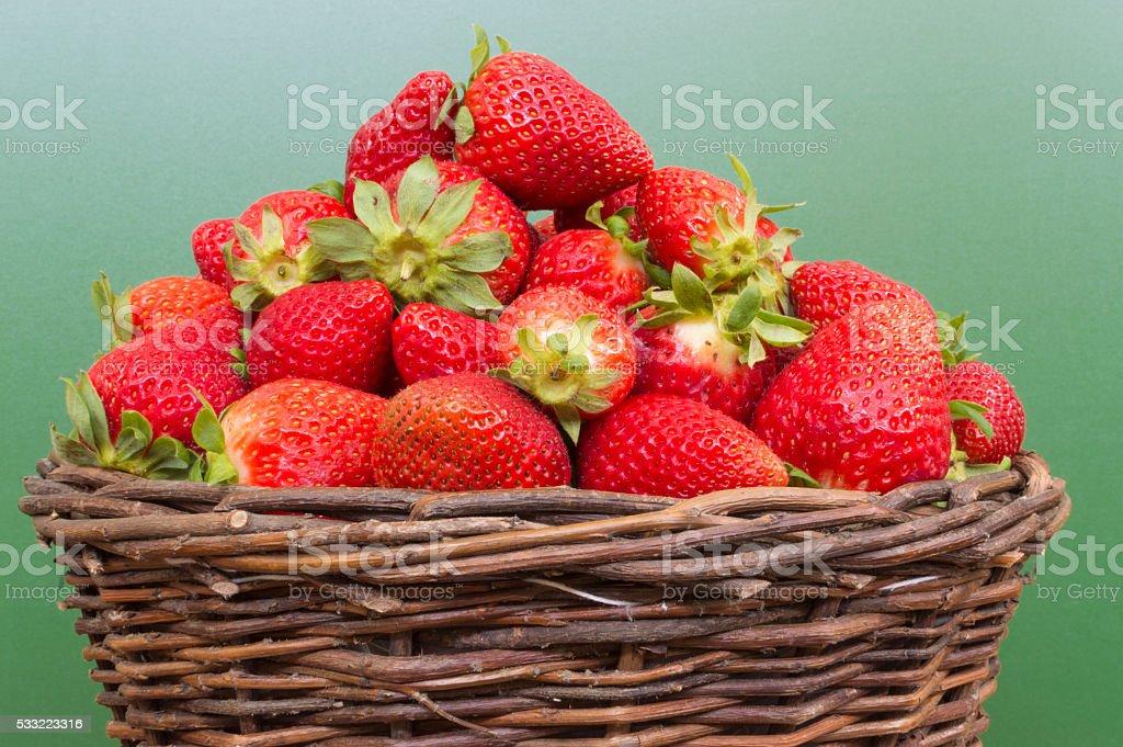 canasta con fresas photo libre de droits