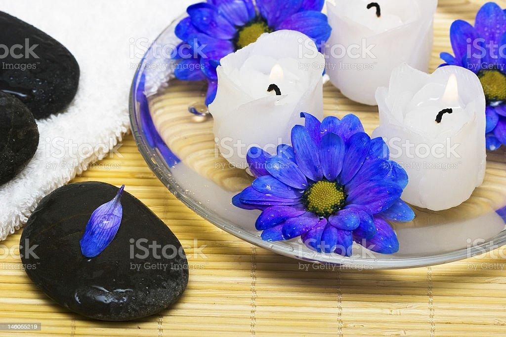 Velas na água azul com flores e de cozinha foto de stock royalty-free