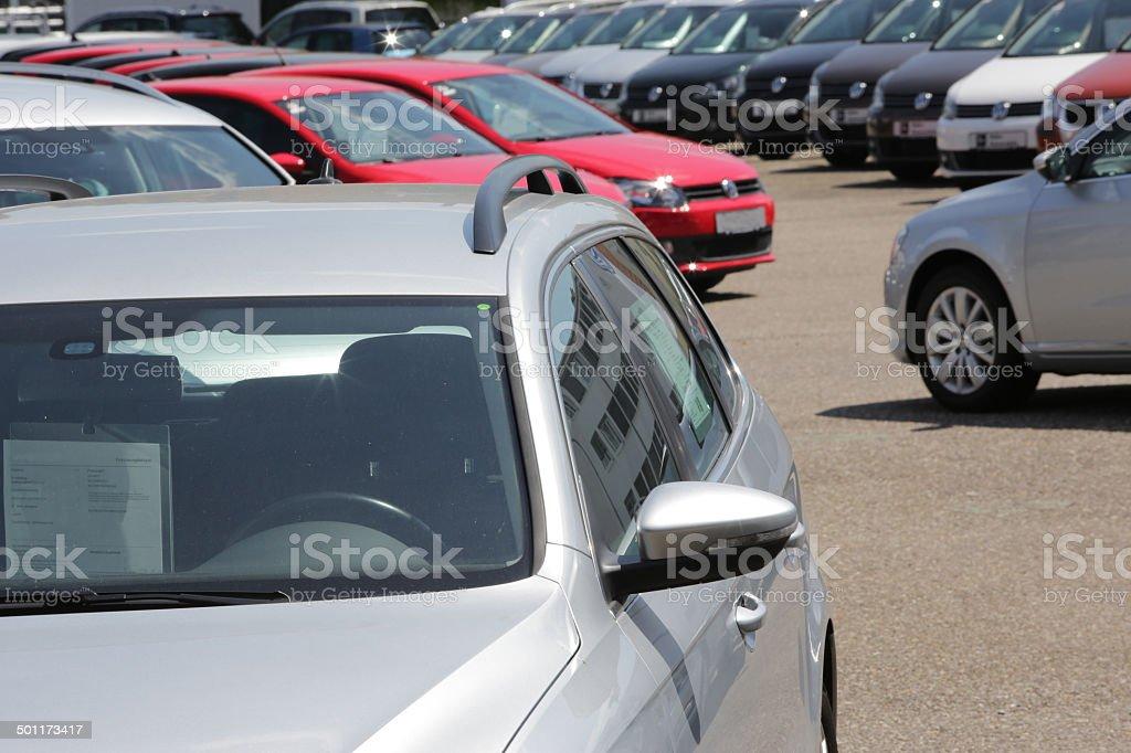 autos auf einem gebrauchtwagenmarkt stock photo