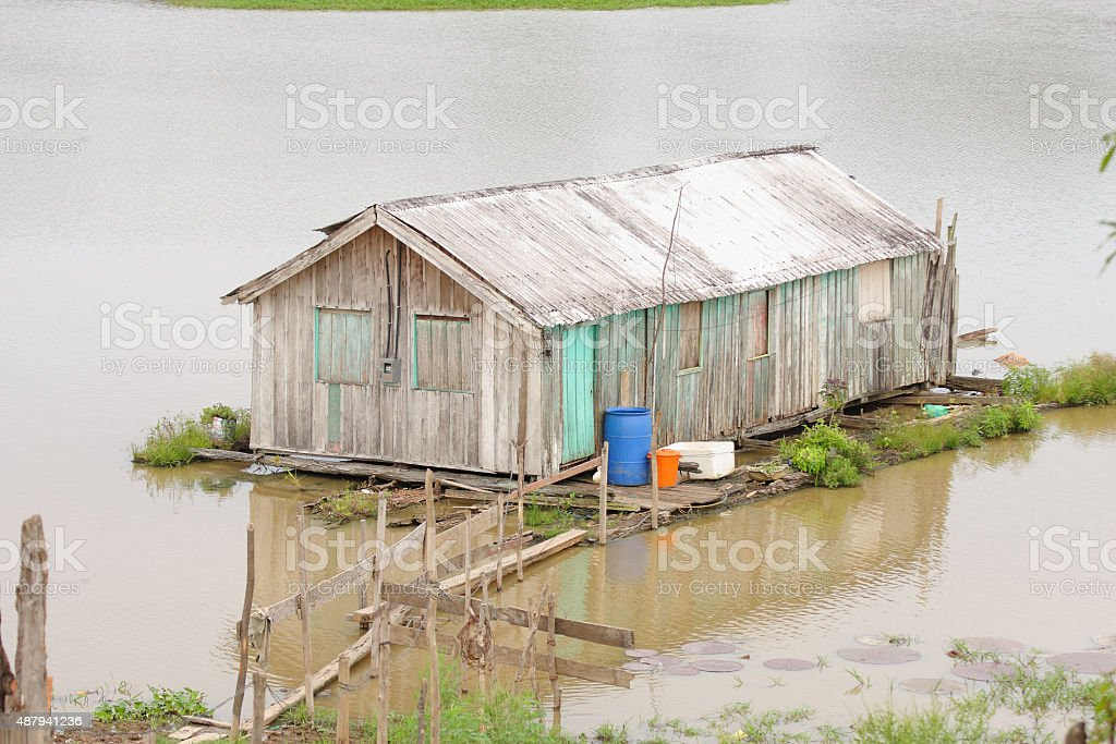 Casa flutuante amazônica stock photo