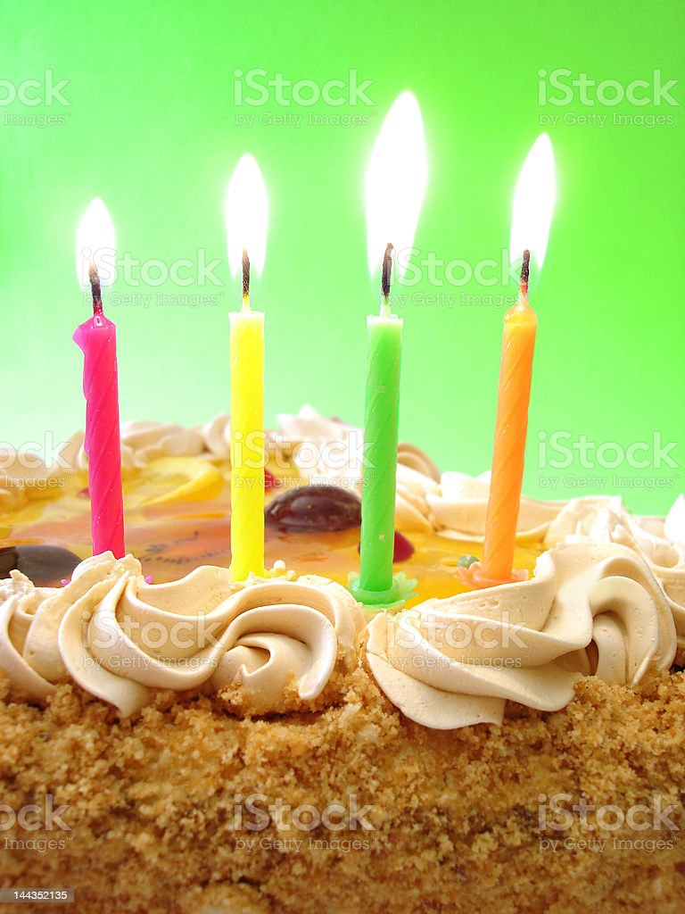 celebratory tabela (Bolo de aniversário e velas de cor foto de stock royalty-free