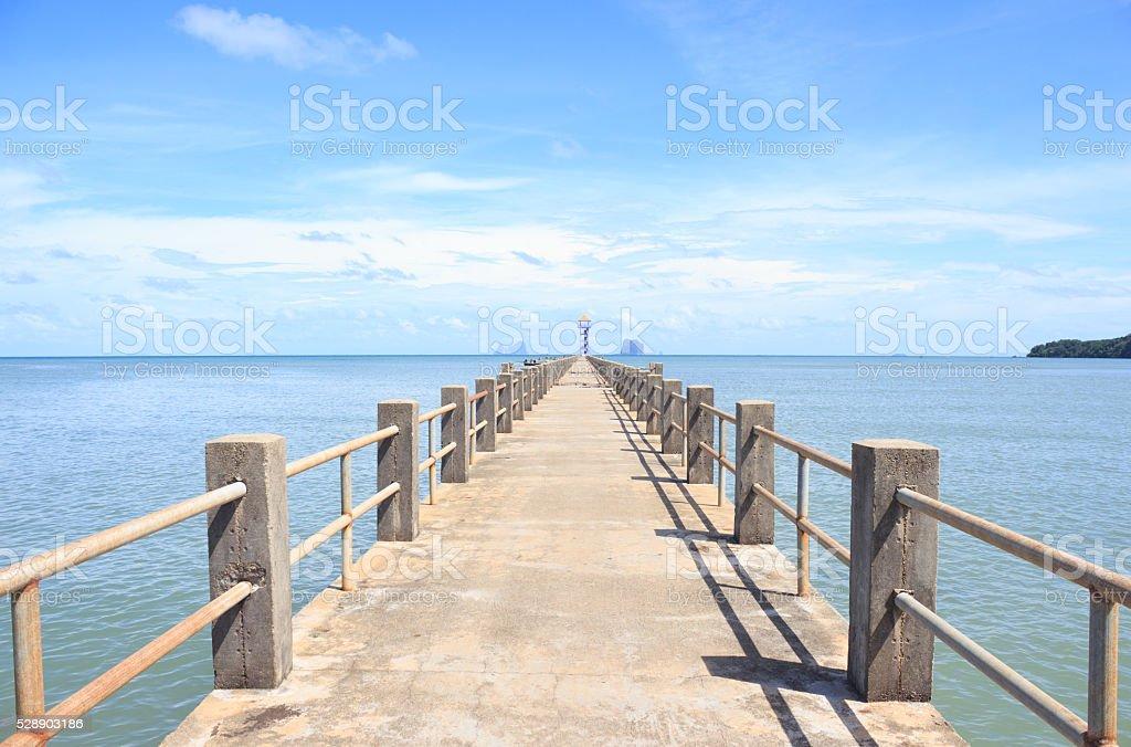 Цементный мост в направлении моря, как путь к успеху Стоковые фото Стоковая фотография