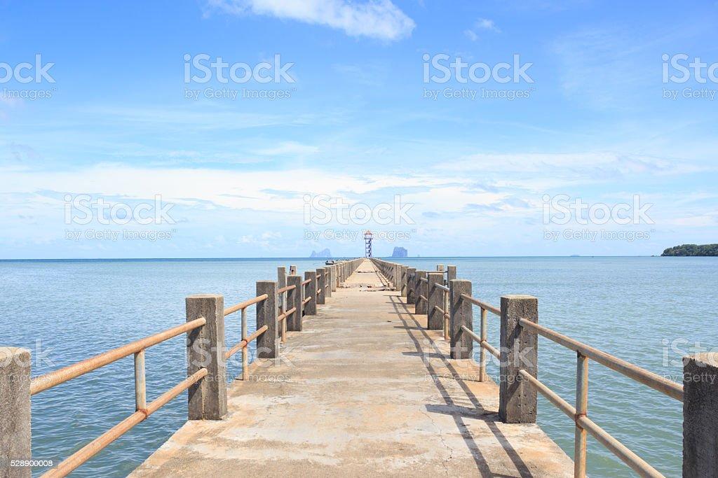 Цементный мост дорога в море, в направлении путь к успеху Стоковые фото Стоковая фотография