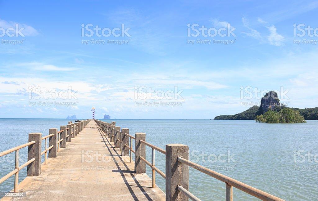 Цементный мост дорога в направлении моря, как путь к успеху Стоковые фото Стоковая фотография