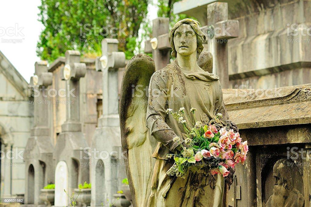 cementerio estatua ángel con flores royalty-free stock photo