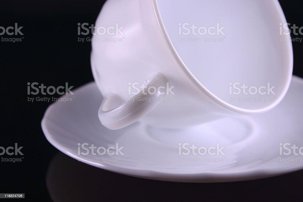 Ceramiczny kubek do kawy leżeć na Spodek zbiór zdjęć royalty-free