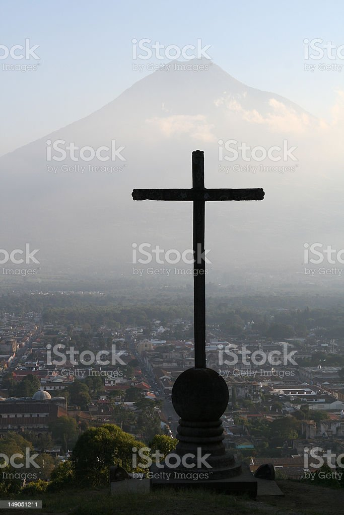 セロ・デ・ラ・クルーズとアグア火山、アンティグアグアテマラ ロイヤリティフリーストックフォト