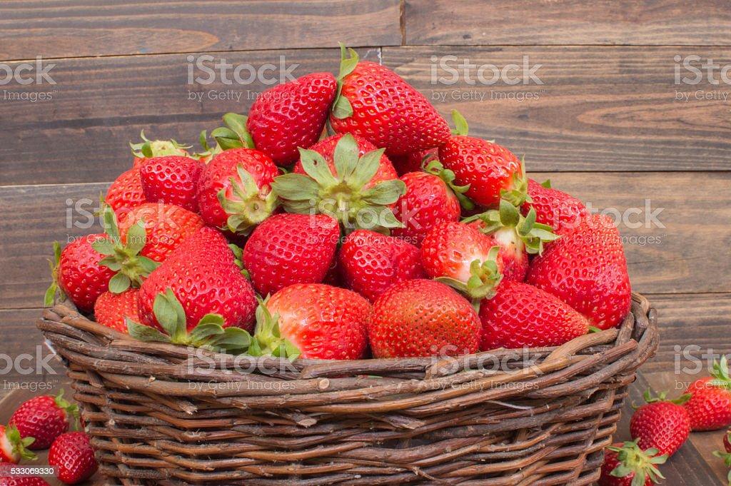 Cesta con fresas photo libre de droits