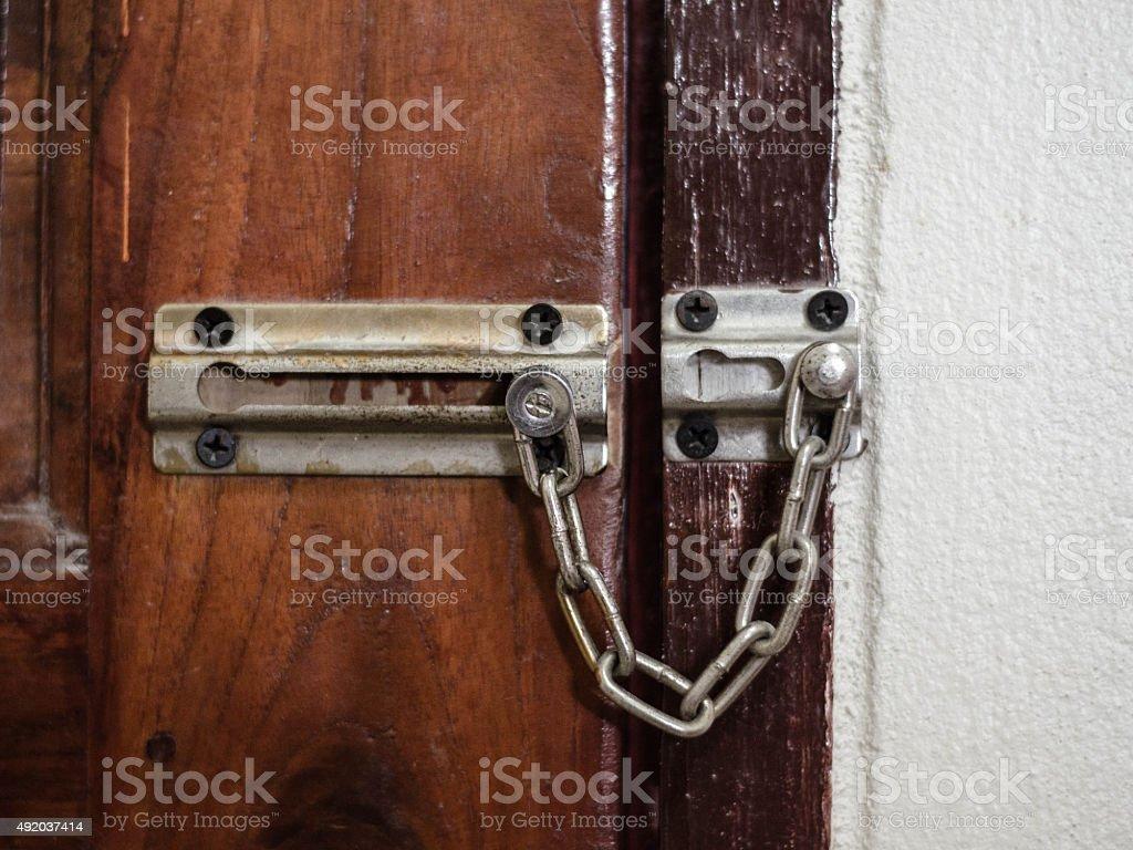 Cadena de bloqueo de puerta de seguridad foto de stock libre de derechos