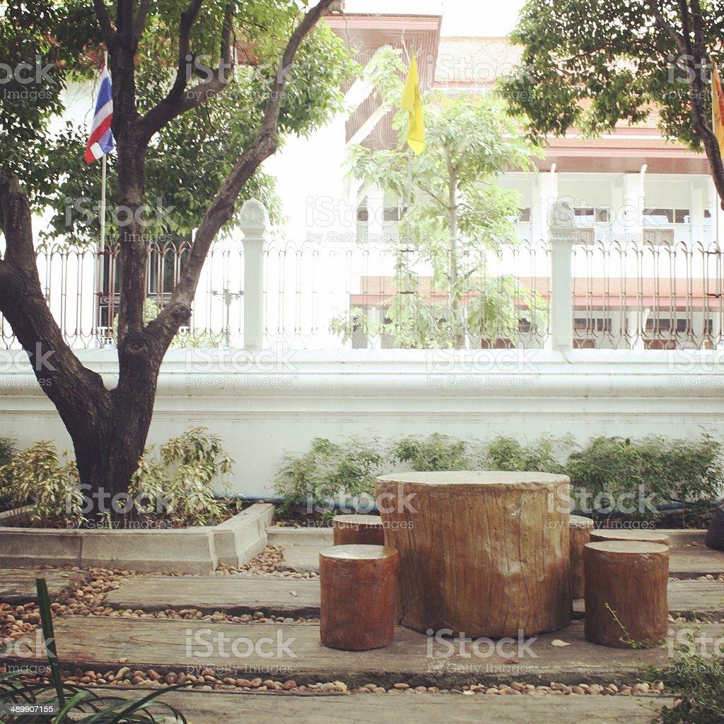 Стул и стол в саду Стоковые фото Стоковая фотография