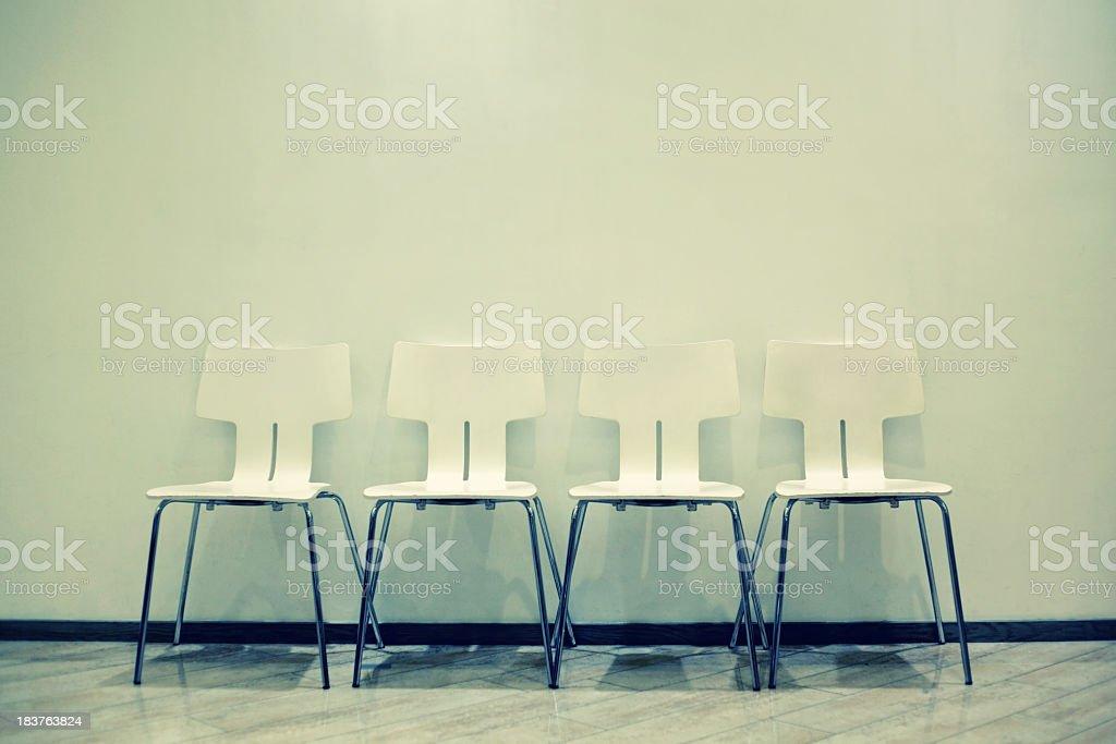 Stühle auf schmutzigen Wand Lizenzfreies stock-foto