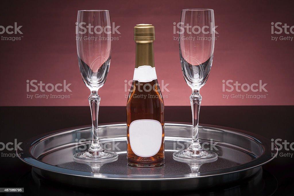 En una bandeja con copas de champaña foto de stock libre de derechos