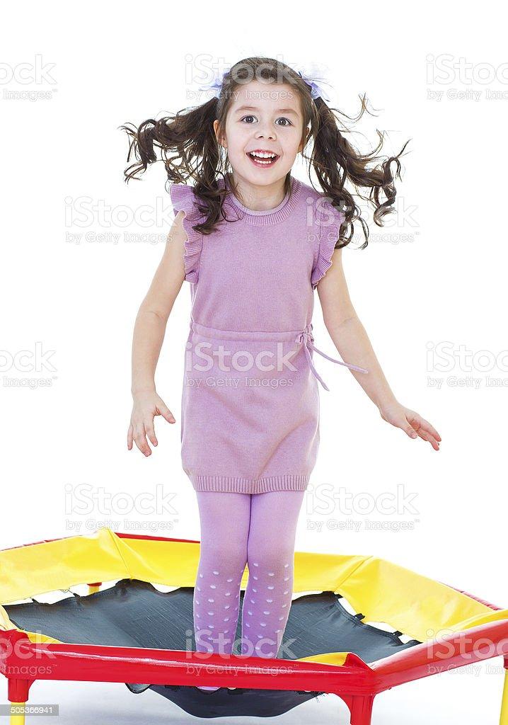 Charmante fille sautant sur un trampoline. photo libre de droits