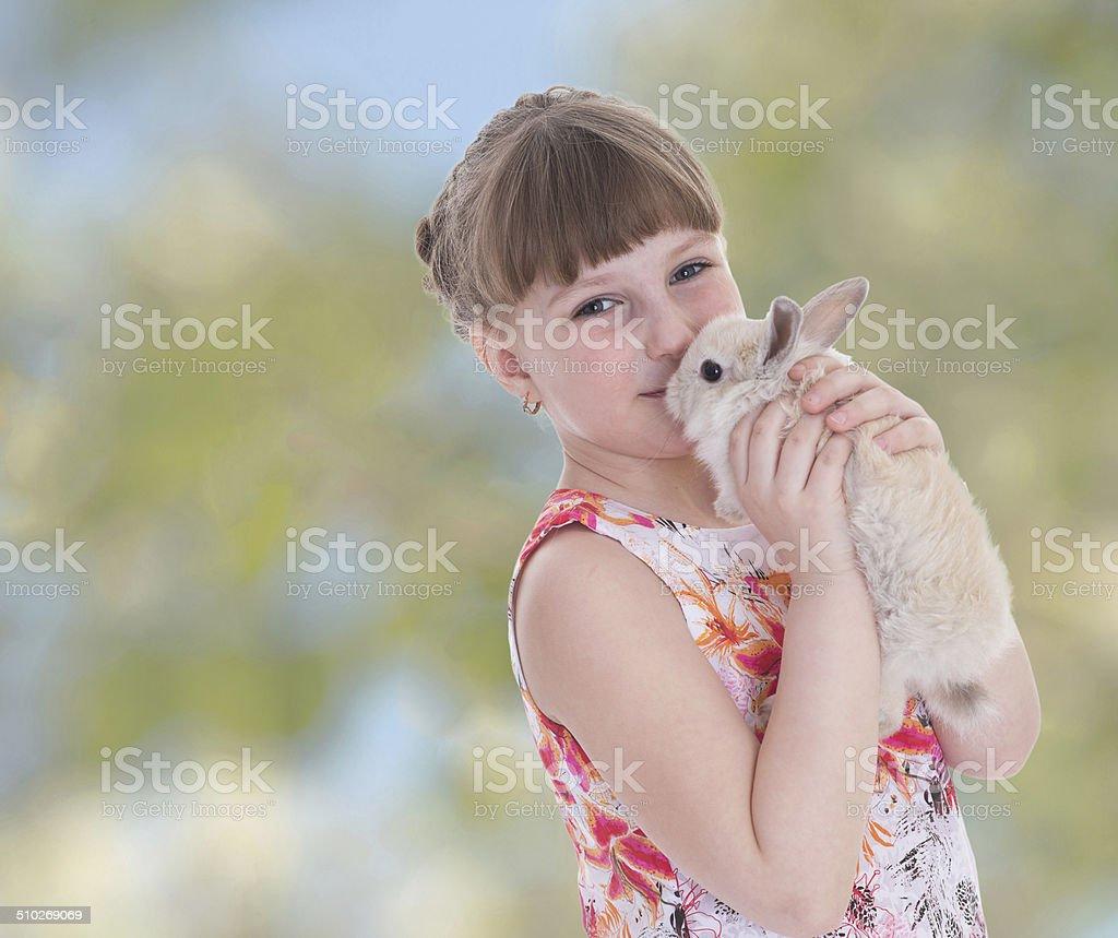Charmante fille de baisers de lapin. photo libre de droits