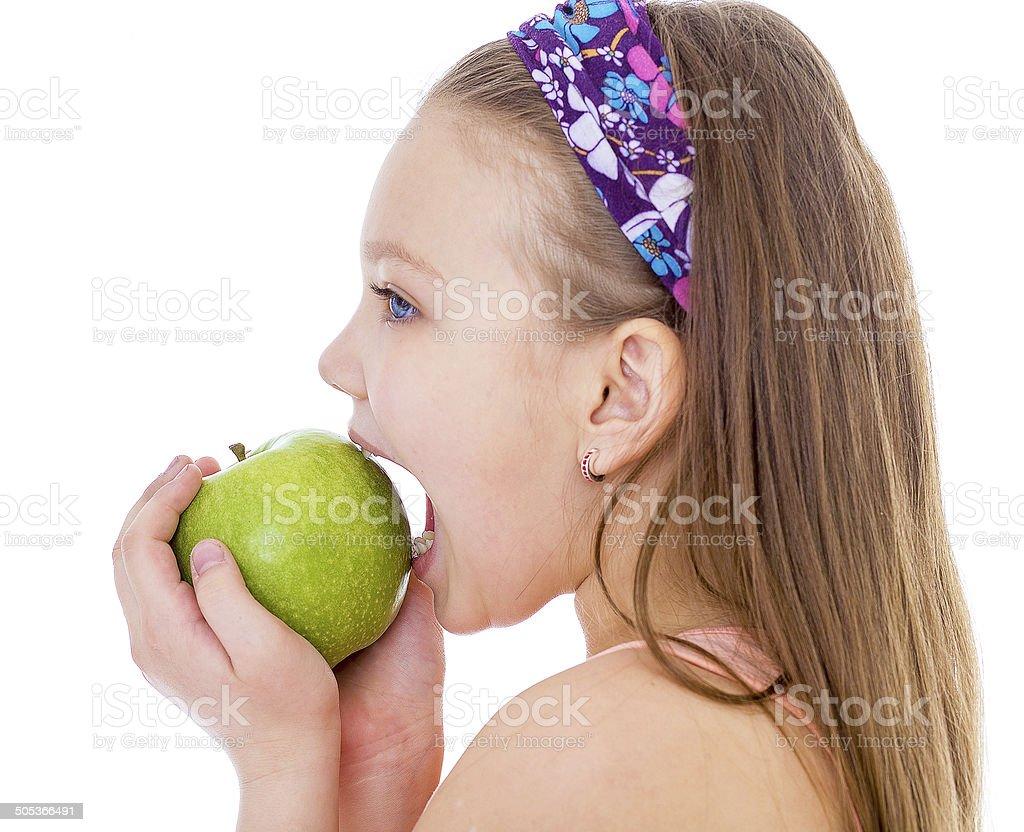 Adorable petite fille avec pomme verte. photo libre de droits