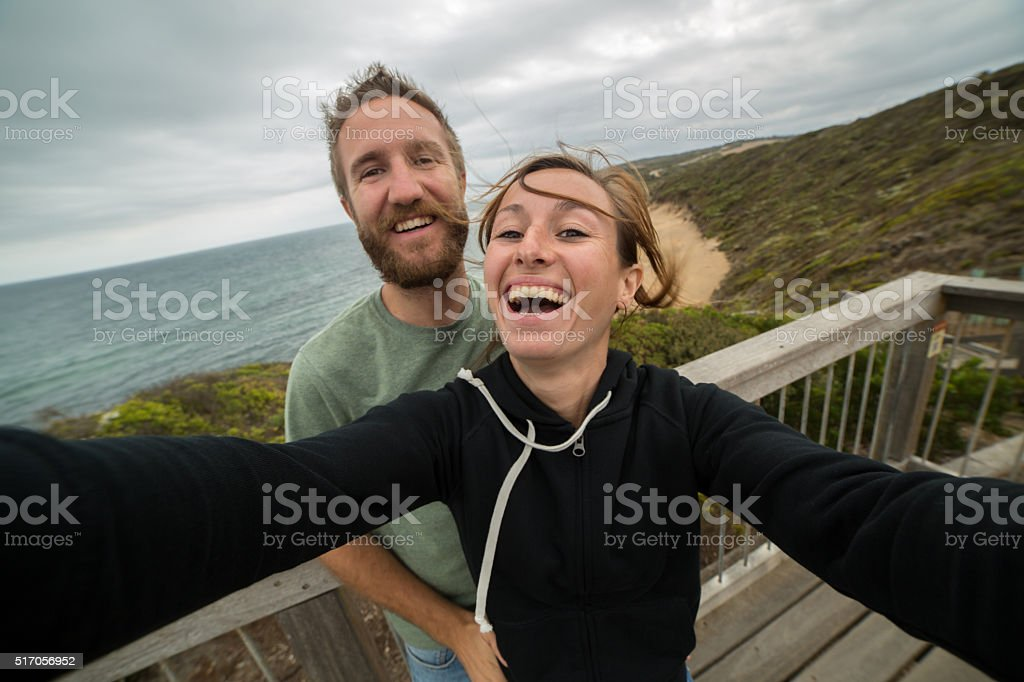 Fröhlich junges Paar genießen eine selfie-Porträt auf Glocken Strand – Foto